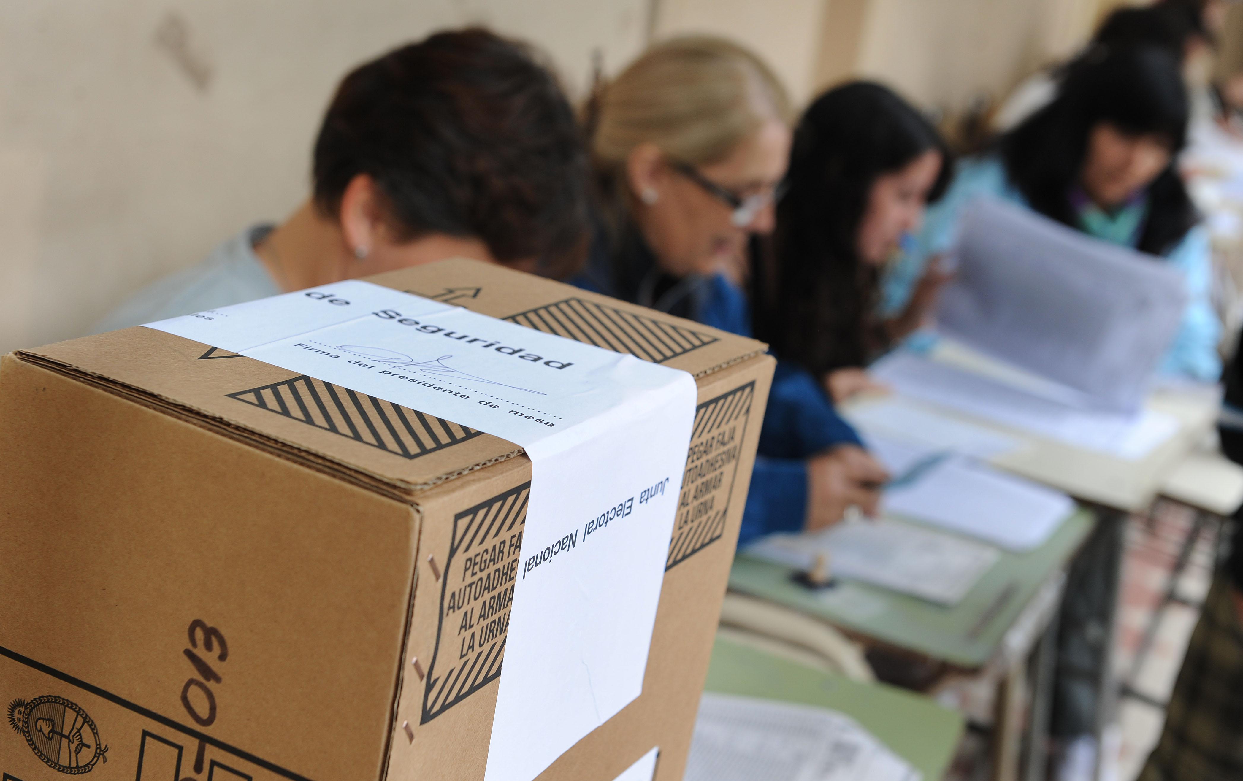 La experiencia de administrar una mesa en las PASO 2013. Autoridades de mesa, fiscales y boletas